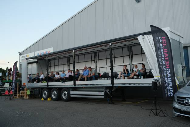 Die VIP-Gäste waren in einem grossen Lastwagenanhänger untergebracht. Stilecht mit Treppe aus Europaletten.