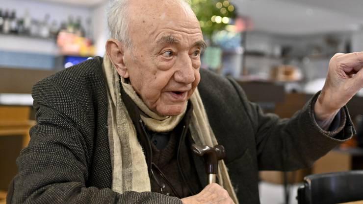 """Essen ist für den Künslter Daniel Spoerri Genuss und sozialer Akt. Mit seiner """"Eat-Art"""" ist er etwa im Museum of Modern Art in New York oder im Tinguely Museum in Basel vertreten. Heute wird Spoerri 90 Jahre alt. (Archivbild)"""
