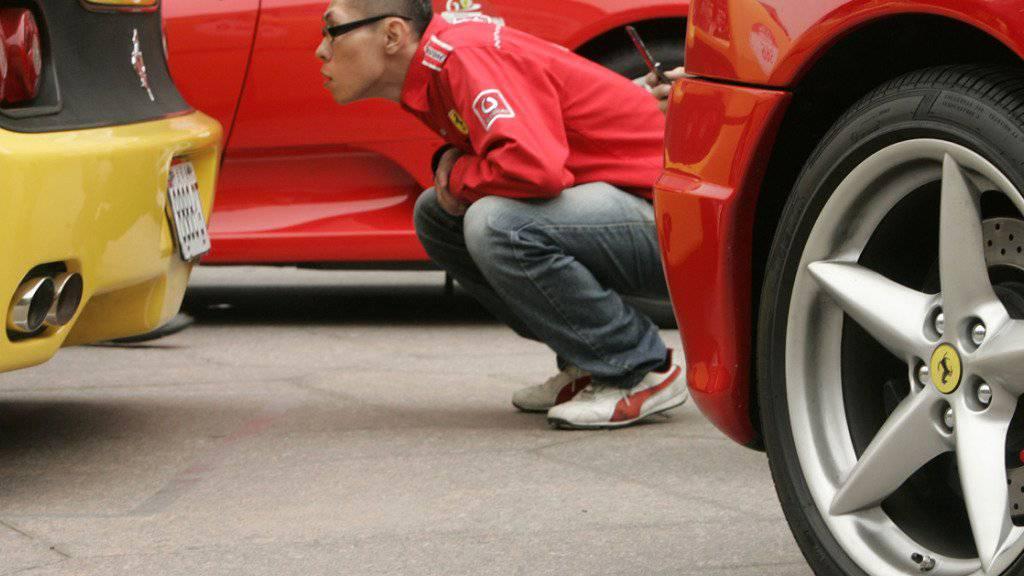 Mit Liebe für's Detail: Ein Fan begutachtet den legendären Sportwagen aus Maranello. (Archivbild)