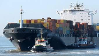 Das schwerbeschädigte Containerschiff wird in den Hafen geschleppt