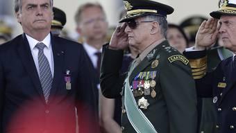 Brasiliens Präsident Jair Bolsonaro (links) wird nicht zu einem Gipfeltreffen nach Kolumbien reisen, bei dem es um die Brände im Amazonasgebiet geht. (Archivbild)