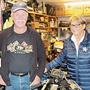 Konrad und Cornelia Frei in der Werkstatt voller Motorräder.
