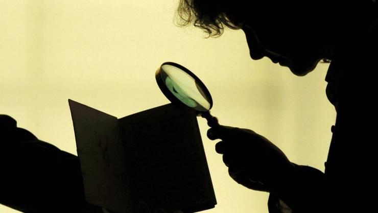 Von Versicherungen angeheuerte Privatdetektive, die Arbeitsunfähige observieren, handeln laut dem Europäischen Gerichtshof für Menschenrechte ohne genügende gesetzliche Grundlage. (Symbolbild)