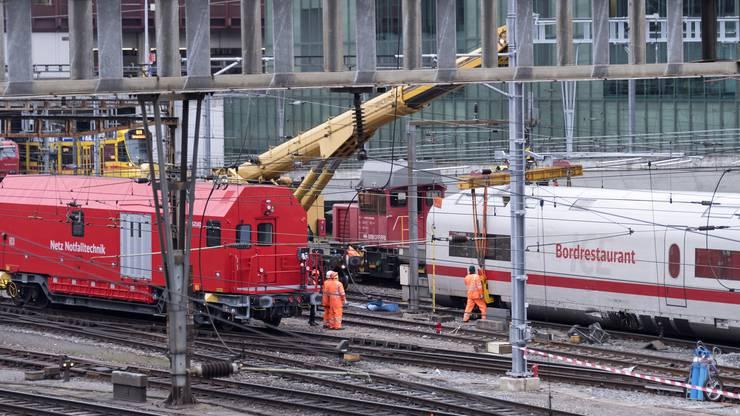 Wagen des ICE-Zuges werden am Donnerstag geborgen.
