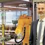 Geschäftsführer Nick Koch vor einer der Roboteranlagen.