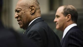 Bill Cosby (l.) und sein Verteidiger  Brian McMonagle beim Verlassen des Gerichts in Norristown.