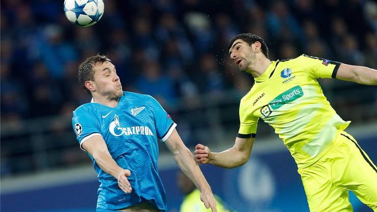Gents Innenverteidiger Stefan Mitrovic (r.) klärt während des CL-Gruppenspiels gegen Zenit St. Petersburg mit dem Kopf.Keystone