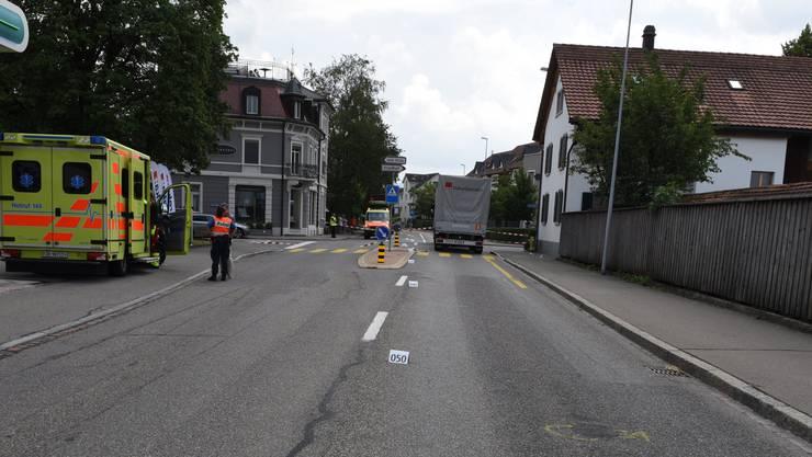 Die 54-jährige Passantin wurde schwer verletzt. Der Kinderwagen und das Kind darin wurden vom Lastwagen nicht erfasst.
