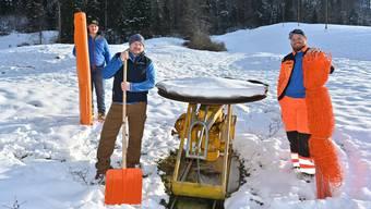 In der Mitte Hanspeter Gloor mit seinen Söhnen Severin (rechts) und Loris (hinten), die ihn beim Skilift unterstützen.