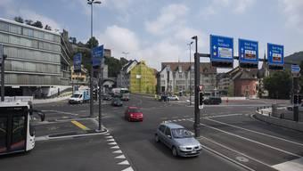 Nach der Neugestaltung des Schulhausplatzes rollt der Verkehr schon seit mehreren Monaten wieder.