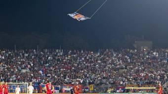 """Die """"grossalbanische"""" Flagge während dem Fussballspiel (Archiv)"""
