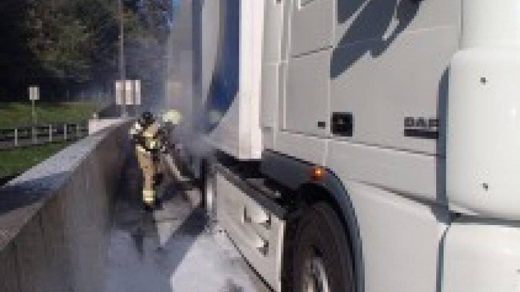Der Lastwagenbrand bei Neuenhof war rasch gelöscht. Die Bergung dauerte aber eine Weile, so dass sich ein langer Rückstau auf der A1 bildete.