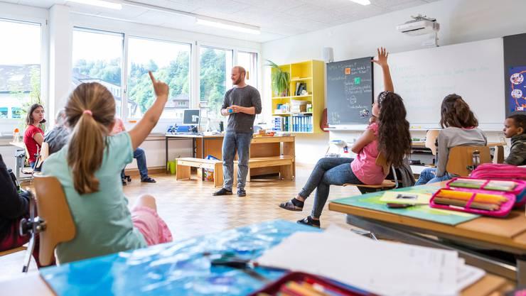 Männliche Lehrpersonen sind in der Schweiz immer noch in der Unterzahl. Aber im europäischen Vergleich arbeiten hier viele Männer als Lehrer.