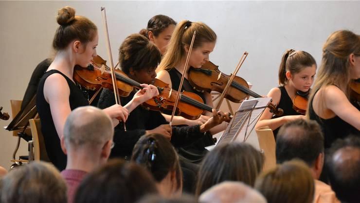 Im Jugendorchester Freiamt spielen Musikerinnen und Musiker zwischen 11 und 17 Jahren ihre Instrumente unter der Leitung von Anne-Cécile Gross engagiert.