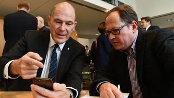 Steuervorlage 17 durchgebracht: Der Baselbieter CVP-Finanzdirektor Anton Lauber (links) kommentiert für bz-Redaktor Hans-Martin Jermann das Ergebnis.