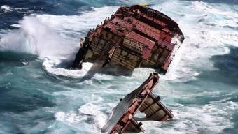 Reste des havarierten Containerfrachter Rena vor der Küste Neuseelands
