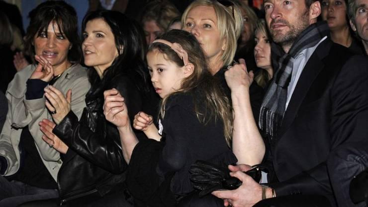 """Hugh Jackman (r) verblüffte seine Tochter Ava (3.v.r) im Musical """"The Greatest Showman"""". Dass er so gut singen kann, hätte sie nicht gedacht. (Archivbild)"""