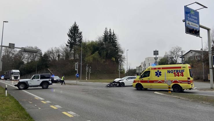 Bei einem Verkehrsunfall stiessen zwei Autos heftig zusammen.