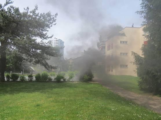 Starker Rauch steigt aus der Tiefgarage an der Albertstrasse in Neuenhof auf.