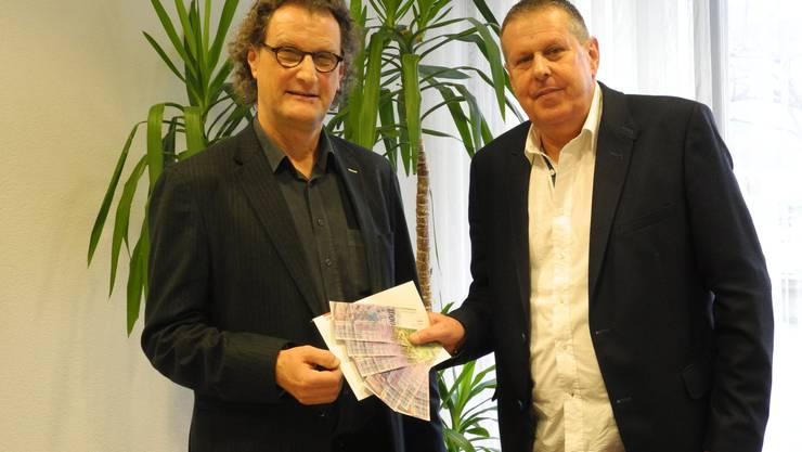 Stadtamman Geri Müller übergibt Insieme-Präsident Christoph Heule die 6000 Franken gleich in bar.
