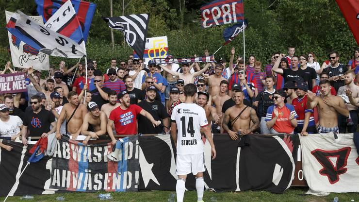Valentin Stocker und die kleine Muttenzerkurve: Mit den mitgereisten Fans feiert der Kapitän den 4:1 Sieg gegen den Underdog FC Pully.