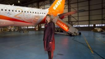 CEO Carolyn McCall posiert vor dem neuen Airbus A320. Easyjet ordert 36 neue Modelle um die Kadenz auf den Kurz- und Mittelstrecken zu erhöhen (Archiv).