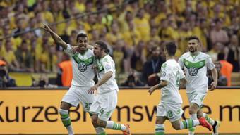 Luiz Gustavo und Ricardo Rodriguez feiern mit Teamkollegen den esten Cupsieg