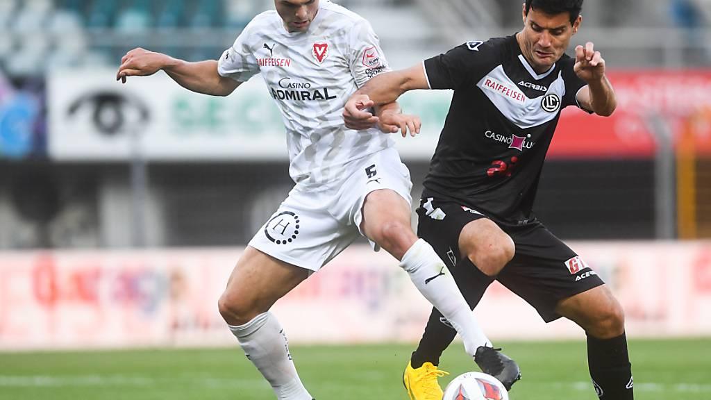 Der Vaduzer Torschütze Jo'ël Schmied (links) gegen Luganos Miroslav Covilo