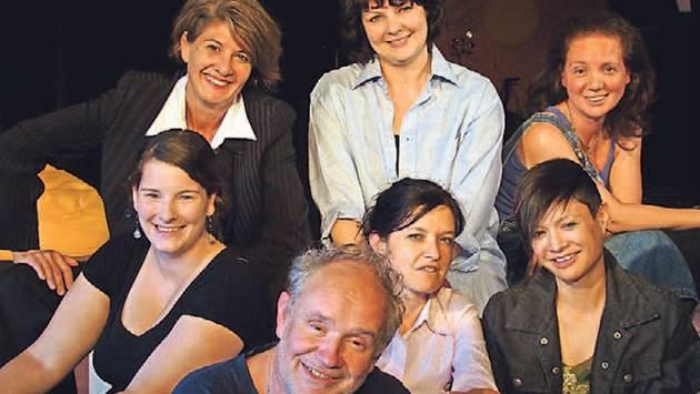 Regisseur Dieter Schlachter mit den Darstellerinnen Astrid Bieri, Martina Cola, Nadine Condor, Dascha Frei, Stephanie Schick und Nicole Schüle. – Foto: ari