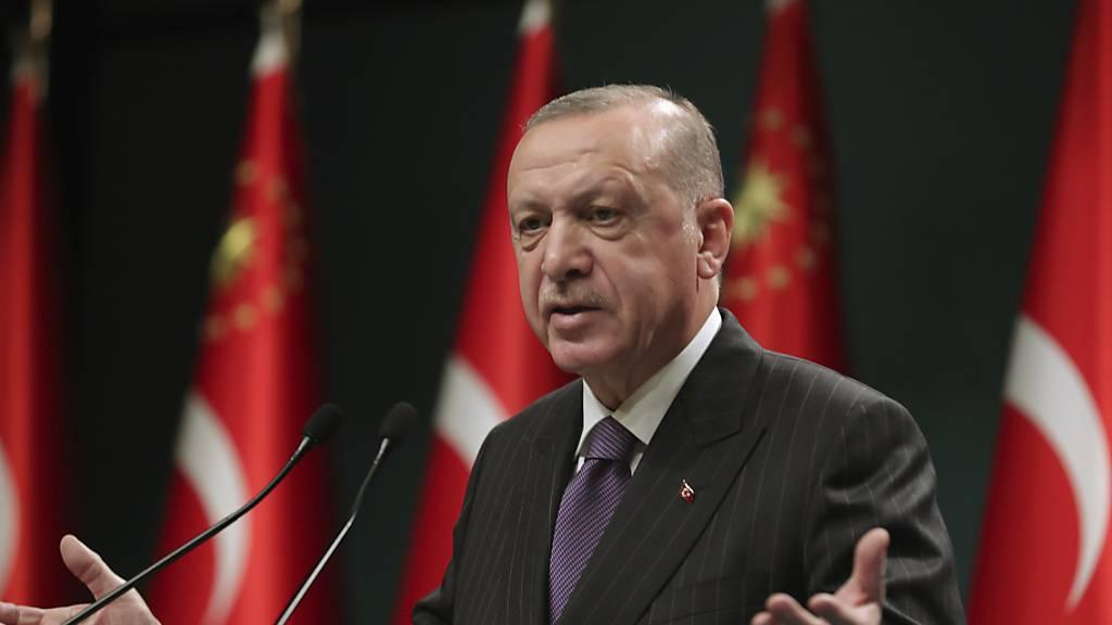 ARCHIV - Der türkische Präsident Recep Tayyip Erdogan spricht bei einer Pressekonferenz. Die türkische Lira ist nach seinen Aussagen auf ein Rekordtief gefallen. Foto: --/Turkish Presidency/AP/dpa - ACHTUNG: Nur zur redaktionellen Verwendung und nur mit vollständiger Nennung des vorstehenden Credits