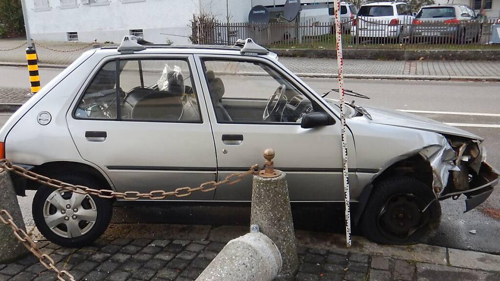 Ein 65-jähriger Autofahrer rammte mit seinem Wagen in Romanshorn einen Betonpfeiler. Er erlitt unbestimmte Verletzungen.