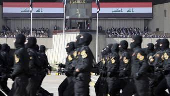 Soldaten schreiten vor den Augen von Ministerpräsident Haidar al-Abadi durch die Strassen Bagdads.