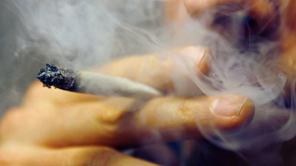 Ein Kiffer zieht an seinem Joint. (Archivbild)