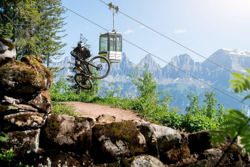 Freudensprünge: Der Bike-Betrieb wird wieder aufgenommen. (Bild: Bergbahn Flumserberg AG)