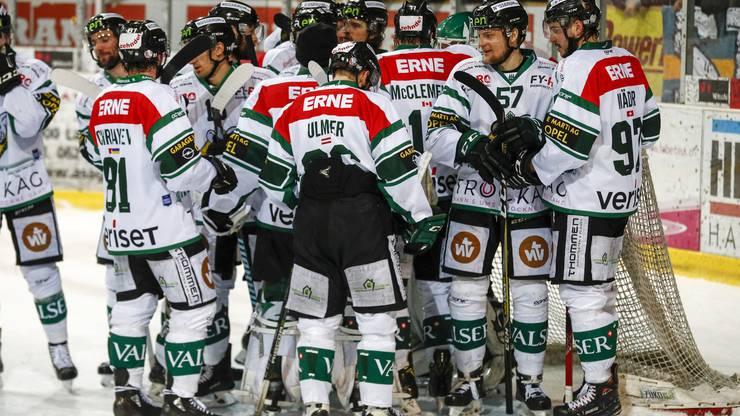 Jubel bei Christopher Bagnoud, Stefan Maeder (Olten) und dem Team nach dem Spiel.
