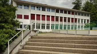 Die Schule Uitikon (hier das Schulhaus Schwerzgrueb) nimmt 2,2 Millionen Franken mehr Steuern ein, als man erwartet hatte.
