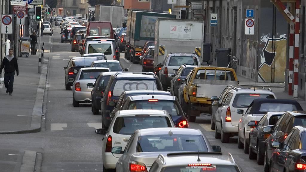 Stau in der Zürcher Weststrasse: Mit Mobility Pricing liessen sich Verkehrsspitzen glätten. (Archivbild)