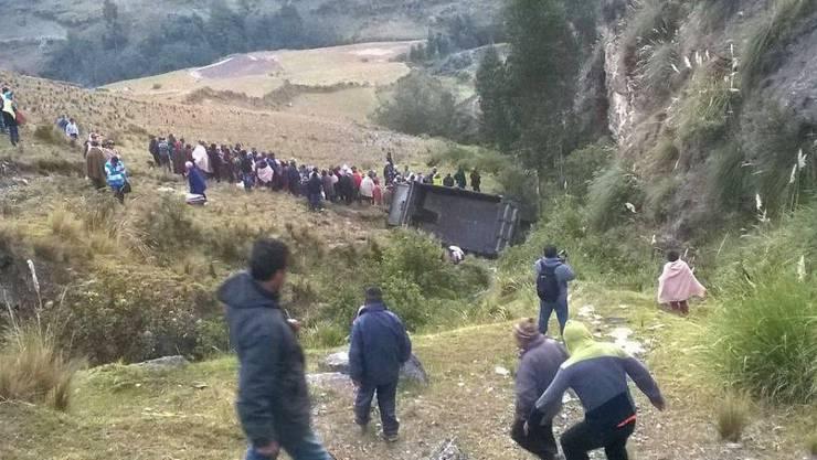 Auf der Heimfahrt von der Feier passierte es: Lastwagen mit Schülern stürzt im Bezirk Cahuac in Peru in ein Tobel
