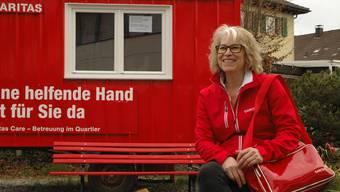 Koordinationsleiterin Ida Odermatt vor dem knallroten Bauwagen mitten im Suhrer Dorfzentrum.