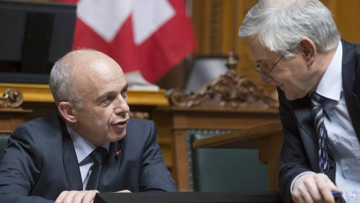 Verteidigungsminister Ueli Maurer diskutiert mit Nationalrat Caspar Baader (SVP/BL)