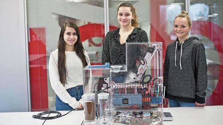 Ilaria De Matteis, Konstrukteurin, sowie die beiden Polymechanikerinnen Lina Berner und Fiona Bühler erklären mit ihrer transparenten Kaffeemaschine, wie ein Espresso entsteht.