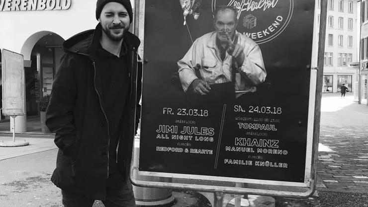 Jorin Schmitz vor einem Party-Plakat, auf dem Donato Genovese zu sehen ist.