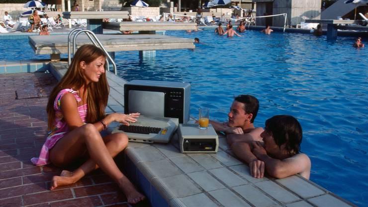 Dieses Bild war 1983 Teil einer Reportage aus einem sizilianischen Ferienklub, wo Touristen in den 80er-Jahren erste Programmierfähigkeiten lernen konnten. Direkt am Pool.