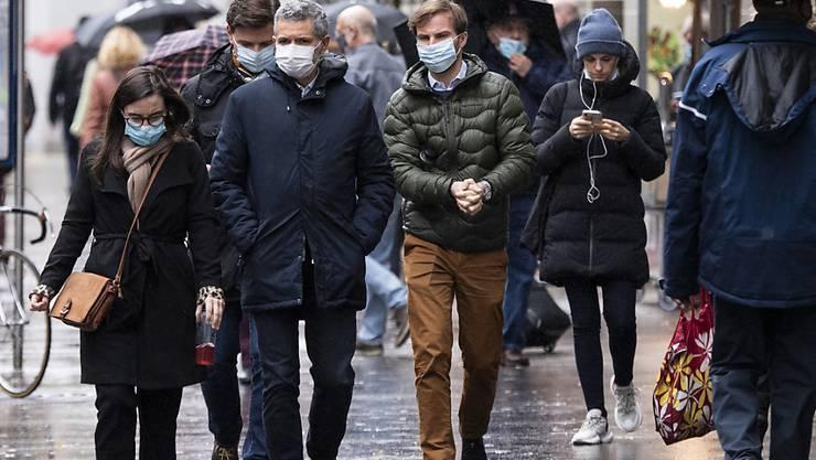 Die Maskenpflicht in Zürich, wie hier auf der Bahnhofstrasse, gilt nur, wenn der erforderliche Abstand nicht eingehalten werden kann. Die Stadt hat sich gegen ein ständiges Maskenobligatorium entschieden. (Archivbild)