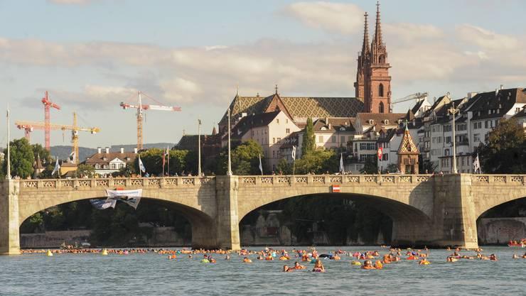 Zwei Symbole für Basel: Im Vordergrund die Mittlere Brücke, im Hintergrund das Basler Münster. (Archiv)