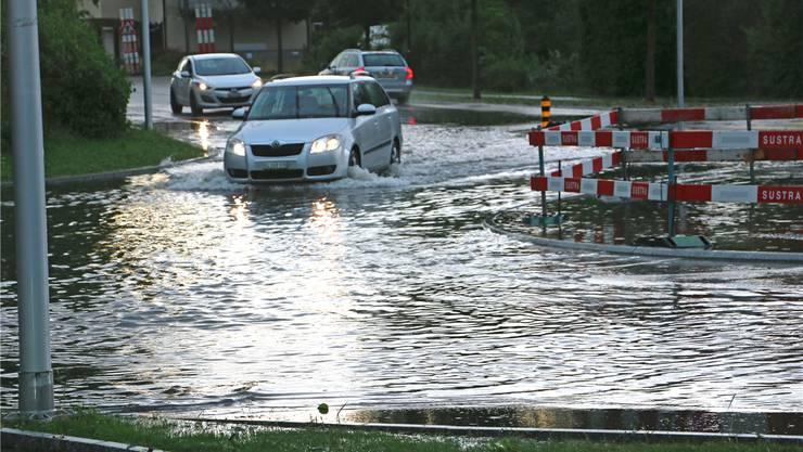 In der Region Zofingen kam es beim Unwetter vom 8. Juli 2017 zu schweren Überschwemmungen. Im Bild die Strengelbachstrasse in Zofingen.