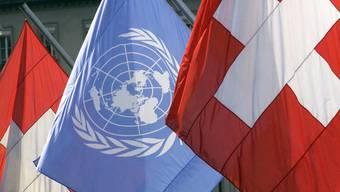 Die Uno-Flagge umrahmt von zwei Schweizer Flaggen. Für die Schweiz stehen 2018 die geplanten umfassenden Uno-Reformen im Zentrum ihrer Arbeit im Uno-Rahmen. (Archiv)