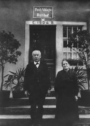 ca. 1911 bis 1931: Engelbert und Pauline Busslinger vor der alten Post in Rütihof.