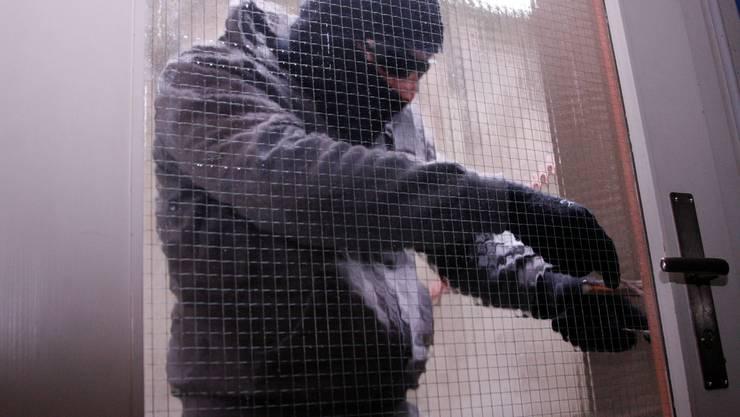 Einbrecher seien oft kurze Zeit in der Schweiz tätig und würden das Land wieder verlassen, so die Polizei. (Symbolbild)