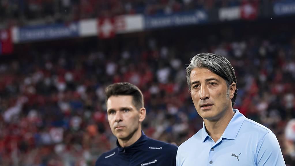 Nationaltrainer Murat Yakin (rechts) und sein Assistent Vincent Cavin während des Qualifikationsspiels gegen Europameister Italien